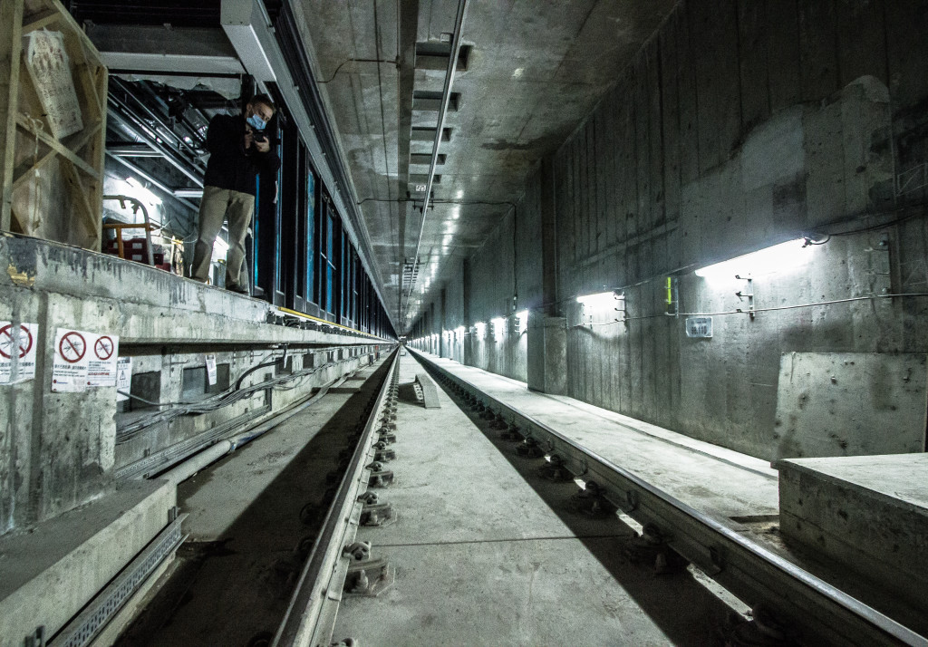 Image of the Metro tracks in Hong Kong underground.