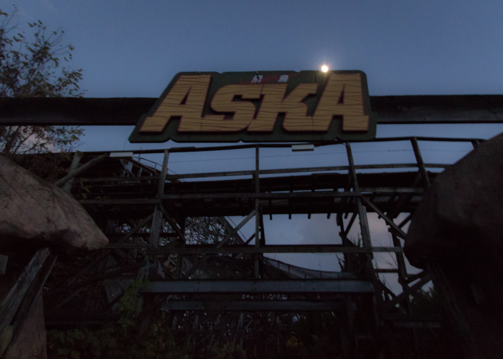 Image of the Aska rollercoaster's sign at night